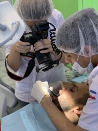 Профессиональная чистка полости рта с использованием ультразвука и AIR-FLOW